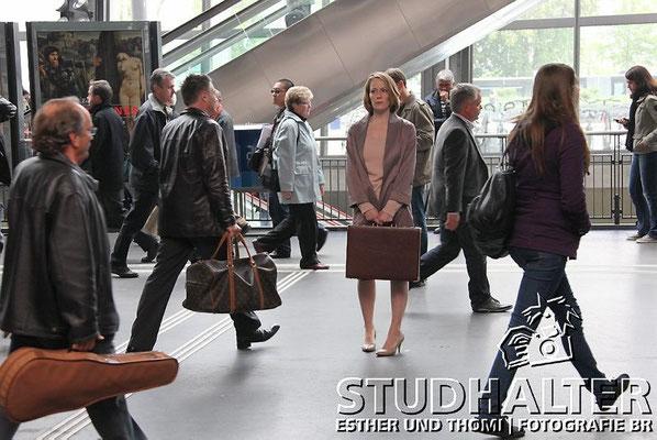 Hauptbahnhof Luzern: Nathalie Kreuzer (Stephanie Japp) wartet mit Geldkoffer am Gleis 11 auf die Lösegeldübergabe, Kommisarin Abby Lanning (Sofia Milos) beobachtet.