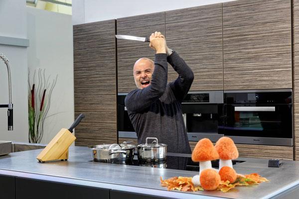 Top-Grafiker Rodolfo Klingelfuss demonstriert eindrücklich, wie er den Koch beim Photoshooting gerne inszenieren möchte...