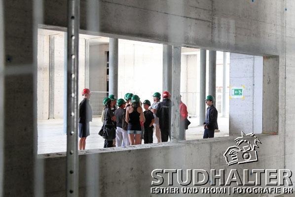 Tag der Offenen Baustelle der Andermatt Swiss Alps AG mit Samih Sawiris und vielen Besuchern. Golfplatz, Podium und The Chedi Hotel Andermatt mit Festzelt auf dem Bahnhofplatz Andermatt. 3. August 2011