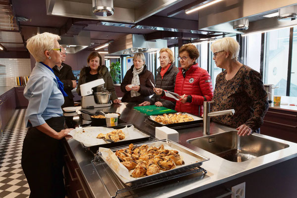 Jeannette kocht in der neuen Schulküche der Klubschule Migros Luzern im 2. Stock oberhalb der Migros Schweizerhof Luzern