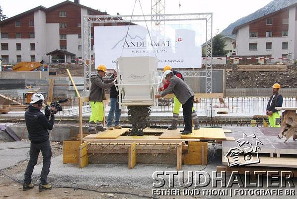 """Andermatt Swiss Alps feiert Grundsteinlegung. In Anwesenheit der Bevölkerung des Urserntals und zahlreicher Gäste legte Samih Sawiris am Dienstag 31. August 2010 auf dem Gelände des künftigen """"The Chedi Hotel Andermatt"""" den Grundstein."""