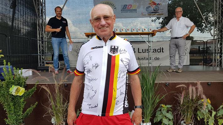 Foto von Bernd Schmidt: Willi Schmidt im signierten Nationaltrikot