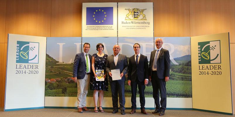 v.l. Minister Peter Hauk MdL, Julia Kiefer, Hans Peter Heizmann, Raphael Habel, Hermann Kopp (Quelle: MLR)