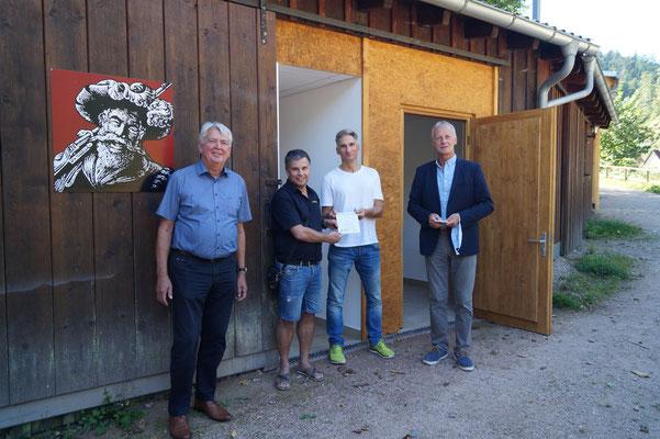 v.l. Bürgermeister Siegfried Scheffold, Bühnenwart Ralf Fuhlert, Vorsitzender Thomas Bossert, LEADER-Vorsitzender Henry Heller