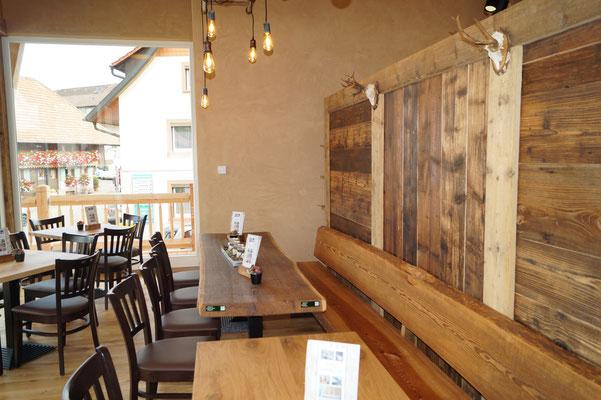 Ein Café mit vielen Sitzplätzen verspricht gemütliche Kaffeerunden