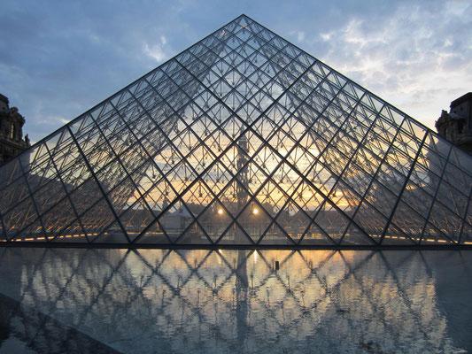 夕方のルーブルのガラスピラミッド
