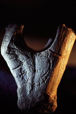 """""""Au Soleil"""", Bâton percé en bois de renne, période magdalénienne, Grotte de Gourdan, Musée d'archéologie nationale de Saint-Germain-en-Laye"""