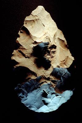 """""""Ars longa"""", Biface en silex, période acheuléenne, carrière d'Abbeville, Musée d'archéologie nationale de Saint-Germain-en-Laye"""
