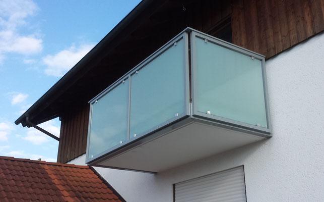 Balkon mit Geländerfüllung aus Milchglas