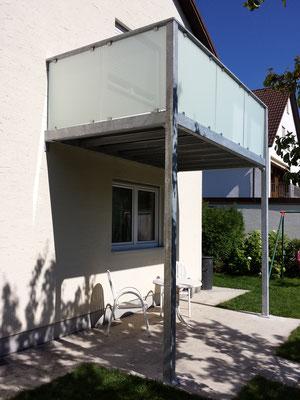 Balkon aus verzinktem Baustahl mit Milchglas