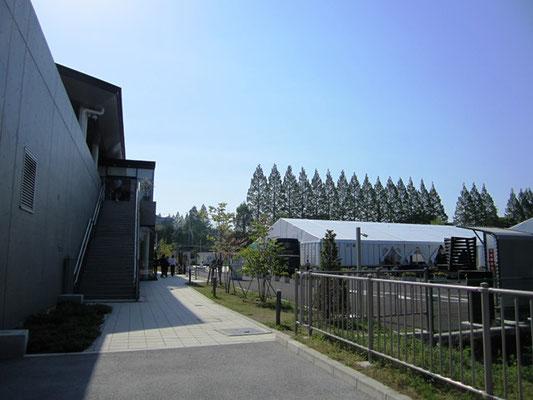 学会開催の為に臨時設置された国際センター周辺のテント