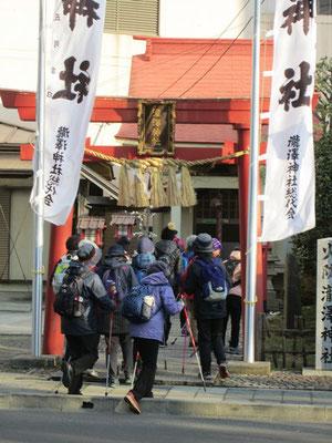 芭蕉が訪れたという記録がある錦町公園向いの瀧澤神社 「奥の細道」の石碑あり