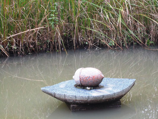 コノハ池にはどんぐりの像  初めて見た!と記念撮影される方もいました