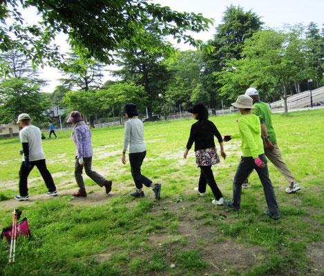 追い抜き歩行 追い抜く時、追い越される時の速度調整をみんなで協力!