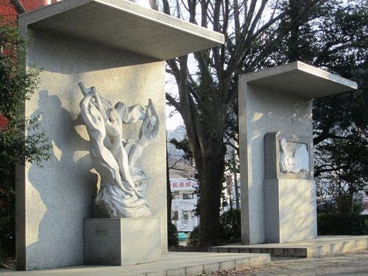 錦町公園内には旧レジャーセンターの歴史を語る白く美しい彫刻があります