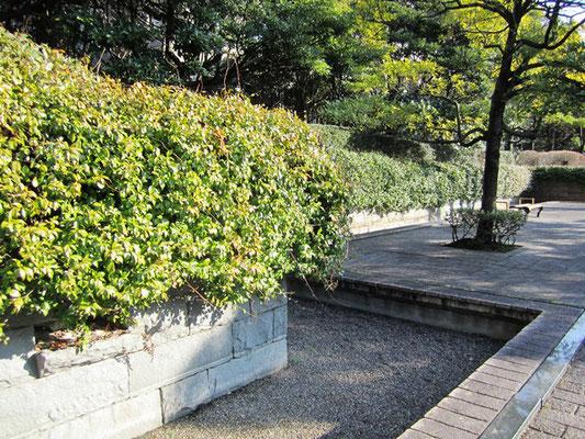 勾当台公園 林子平像裏へも続く四ッ谷用水の復元跡