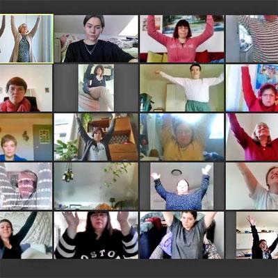 Ein Bild von einem Online-Kurs wo alle Teilnehmerinnn ein Bewegung machen.
