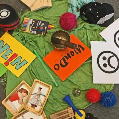 Einige Arbeitsmaterialien zum WenDo- Kurs liegen auf dem Boden.