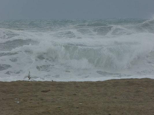 Regen und das Meer ist aufgewühlt