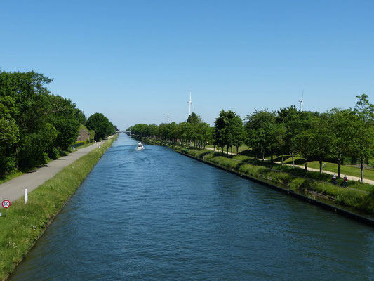 am Kanal entlang