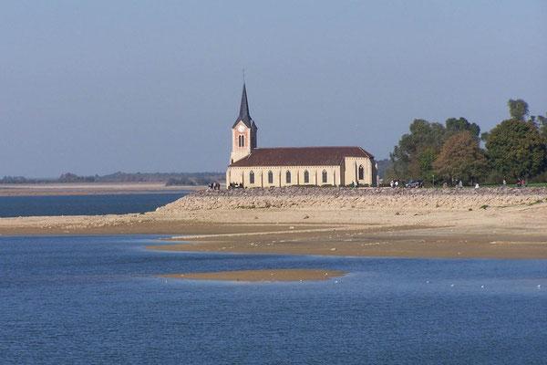 Kirche als Rest dreier im Lac liegender Dörfer