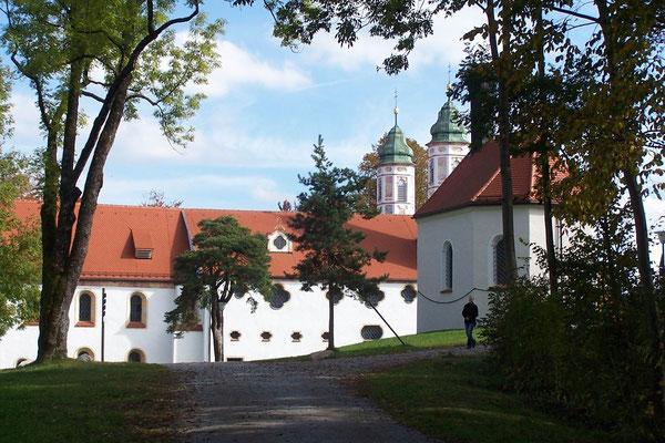 die Kirche auf dem gegenüber liegenden  Berg