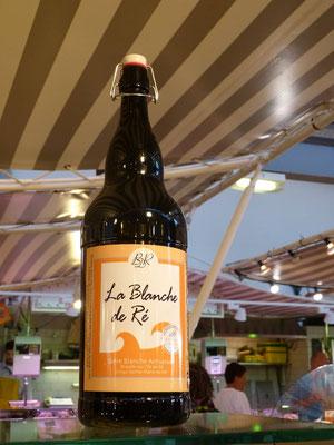 große Bierflasche in der Markthalle