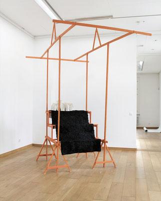 Verkaufsvorrichtung Nr. 3, 2017, Holz,Wachs,Pigment,Stoff,Kaltasphalt, 325 x 200 x 250 cm