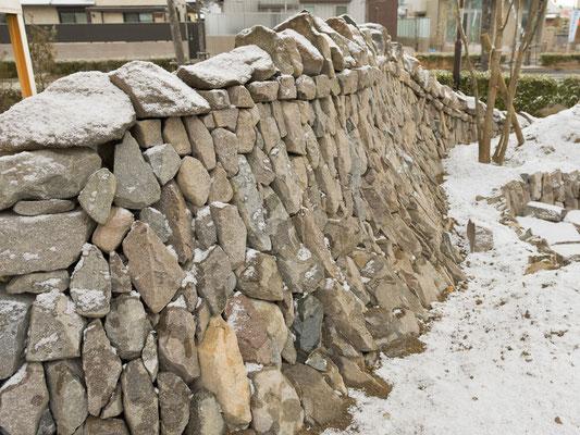 丹波石を用いたドライストーンウォーリングの石積み