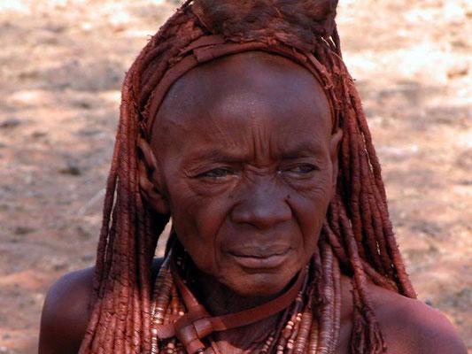 Le innumerevoli storie che si nascondono dietro le rughe di questa donna Himba in Namibia
