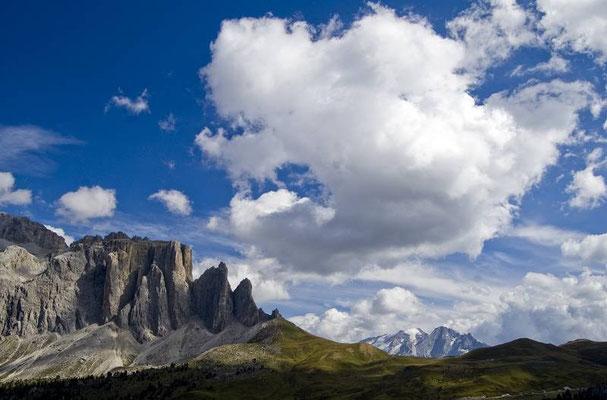 Dal rifugio Comici, vista del gruppo del Sella e sullo sfodo il ghiacciaio della Marmolada.
