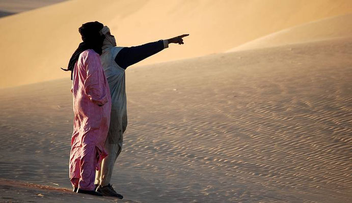 Lo sguardo fisso e un punto da raggiungere oltre l'orizzonte dell'Erg Admer in Algeria