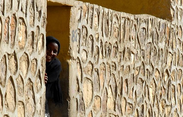 La curiositá mista a timore di questa ragazza Tuareg nel villaggio di Atar in Algeria