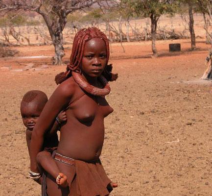 Giovane madre Himba col suo piccolo, Namibia