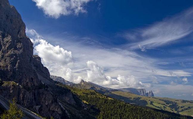 Sullo sfondo sempre l'altopiano dello Sciliar con la cima Santner.