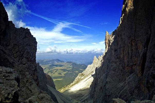 Discesa verso il rifugio Vicenza. Sullo sfondo l'altopiano dello Sciliar.