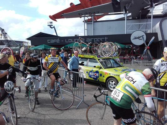 Rudi Altig - der Sportliche Leiter der Tour vor dem Team-Fahrzeug des RSV Öschelbronn - am Steuer: Hans Michael Holczer