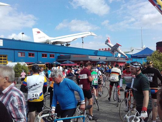 Die Giganten der Landstraße unter der Tupolev TU-144 und der Concorde