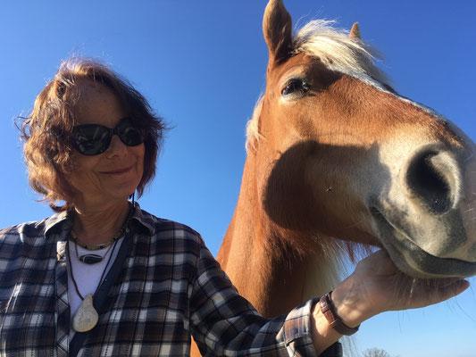 Frau mit Pferd im Porträt