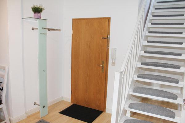Garderobe und Aufgang zum Zimmer 3 und WC