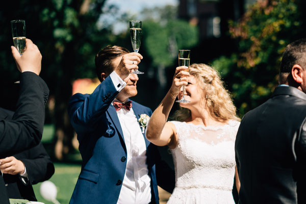 Standesamt Rheinheim, Braut, Bräutigam, Cheers, Auszug, DIY-Hochzeit,  Sommerhochzeit, Hochzeit, Hochzeitsfotografin Rheingau, Wiesbaden, Umgebung
