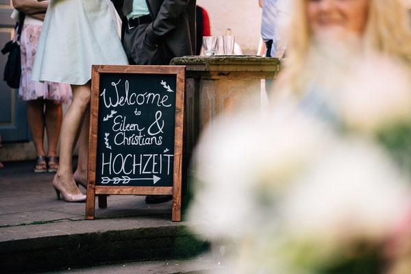 Standesamt Rheinheim, Braut, Bräutigam, Trauung, Auszug, DIY-Hochzeit,  Sommerhochzeit, Hochzeitsfotografin Fotografin, Rheingau, Wiesbaden, Umgebung