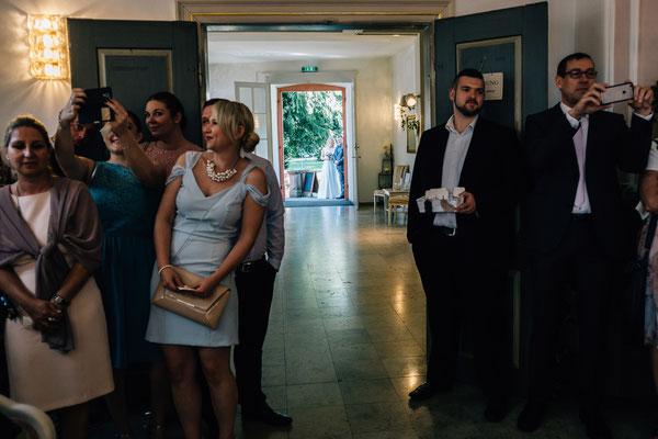 Standesamt Rheinheim, Braut, Bräutigam, Einzug, Brautvater, Hochzeitsgesellschaft, Selfie, Hochzeitsfotografin Rheingau, Wiesbaden, Umgebung