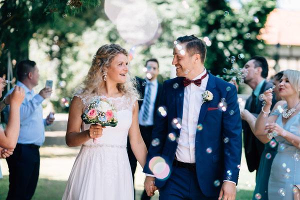 Standesamt Rheinheim, Braut, Bräutigam, Trauung, Auszug, Seifenblasen, Sommerhochzeit, Hochzeit, Hochzeitsfotografin Rheingau, Wiesbaden, Umgebung