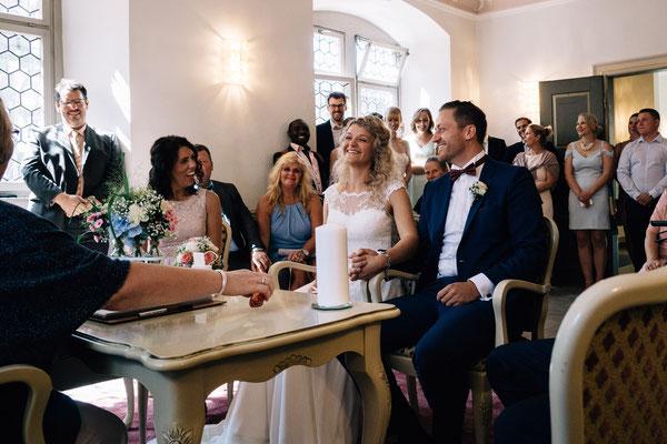 Standesamt Rheinheim, Braut, Bräutigam, Trauung, standesamtliche Trauung, Hochzeitsgesellschaft, Hochzeit, Hochzeitsfotografin Rheingau, Wiesbaden, Umgebung