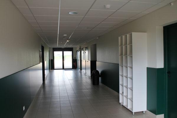 Couloir d'entrée des classes de la MFR du Val de l'Indre à Noyant-de-Touraine