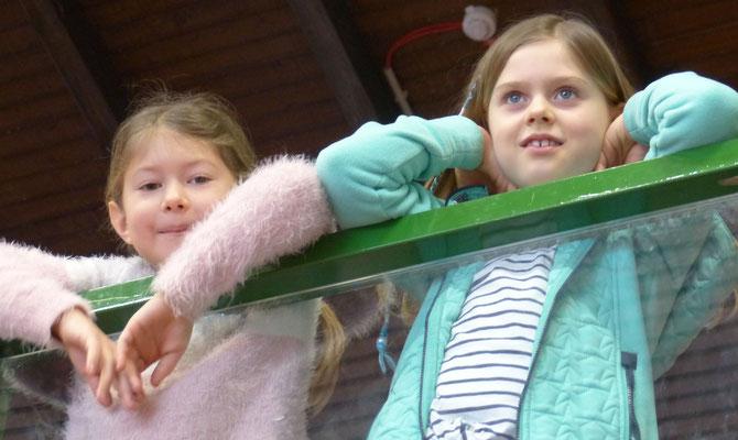 Lyiana und Enna (Kinder aus der Montagsgruppe) verfolgten interessiert das Geschehen.