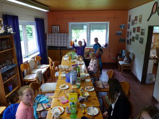 Gemeinsames Frühstück eröffnet die Veranstaltung.