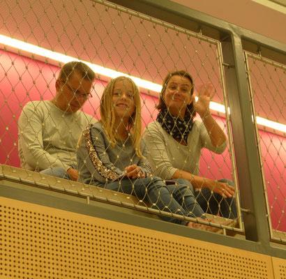 Hinter Gittern - aber frei und unterstützend - die Eltern und Geschwister.