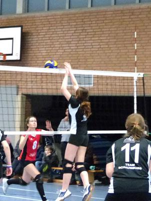 Karina geht zum Block, der Ball jedoch blieb im Netz auf gegenerischer Seite hängen.